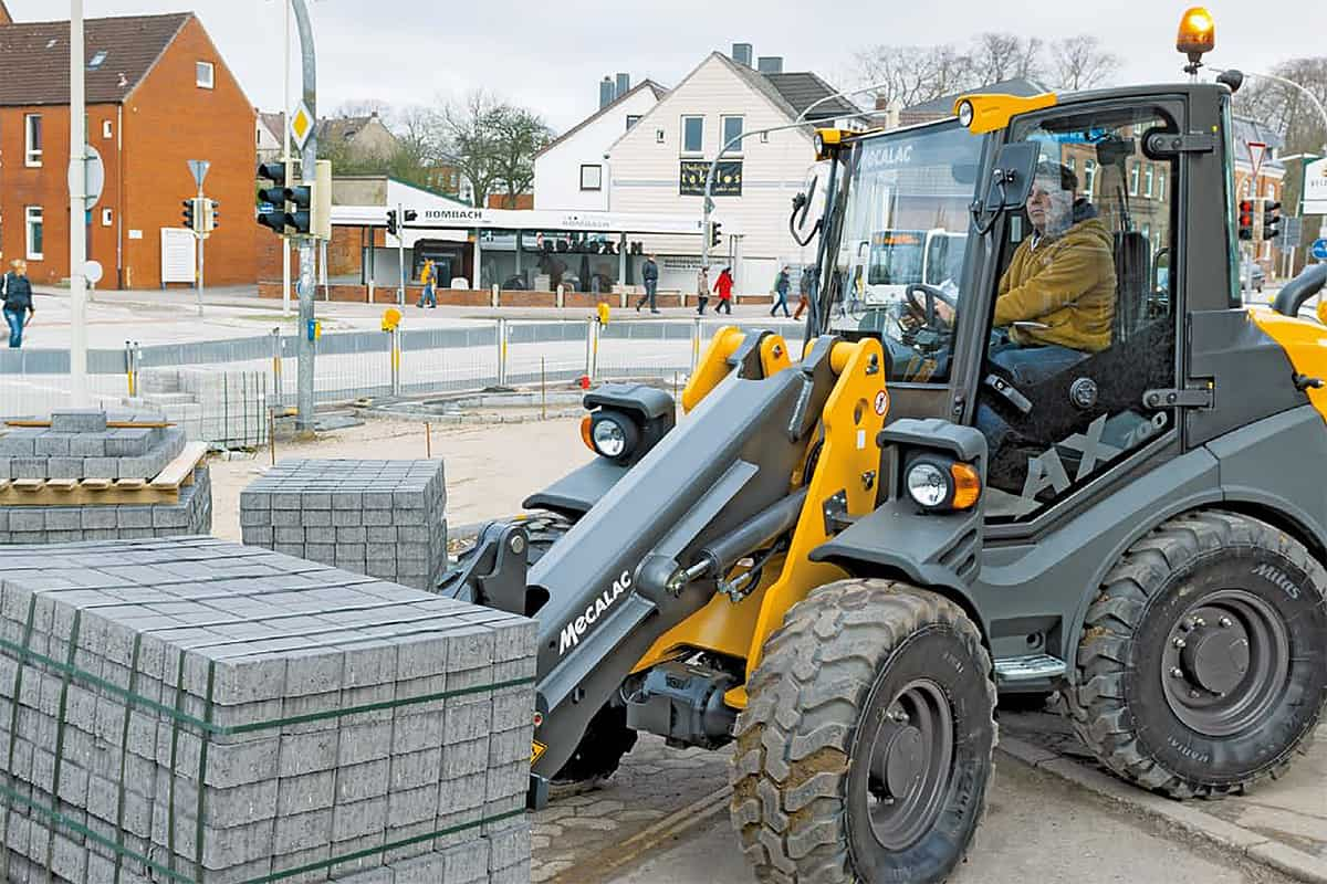 knickgelenkter Radlader Ahlmann AX700 auf der Baustelle