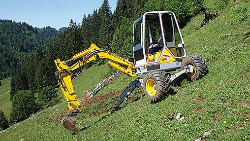 Schreitbagger Menzi Muck A20. Hydrostatischer Zweiradantrieb über die beiden grossen Räder bis 2.6 km/h. Zwei demontierbare Steckachsen mit Laufrädern