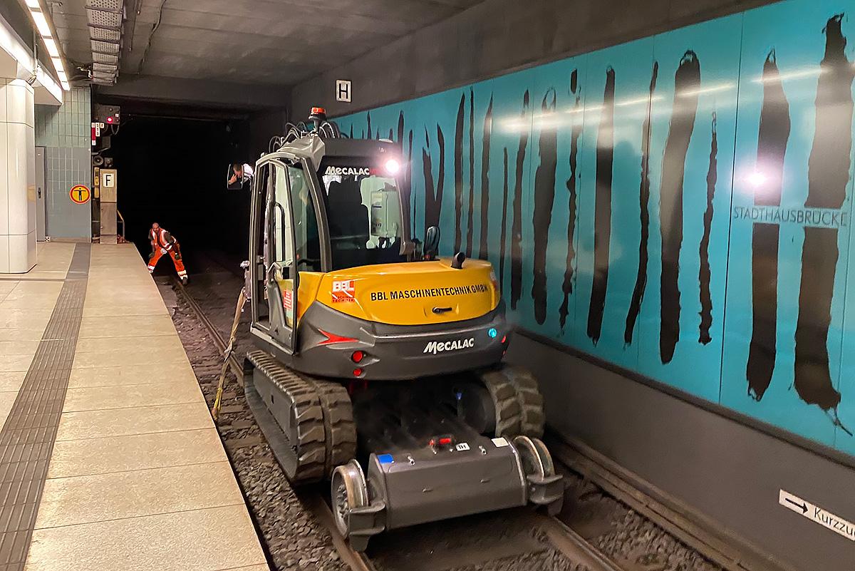 Mecalac 8MCR Rail Road beim U-Bahn Einsatz